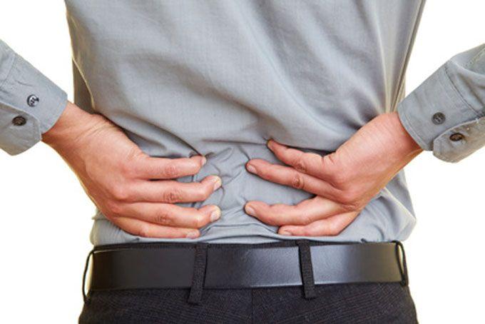 """La fatigue et le stress s'expriment souvent par des raideurs au niveau de la chaîne dorsale (dos, fessiers et ischios-jambiers). """"La chute"""" est un exercice simple, praticable en toutes circonstances, pour vous détendre des pieds à la tête.  Découvrez l'astuce ici : http://www.comment-economiser.fr/detendre-epaules-dos-jambes.html"""