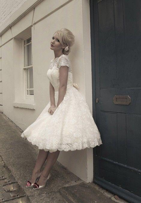 Mooie kanten jaren 50, fifties style trouwjurk, petticoat. Jip | ~Korte trouwjurken, fifties, hippie en strand trouwjurken. Alternatieve trouwjurken. | Sweet Dreams Bruidsmode