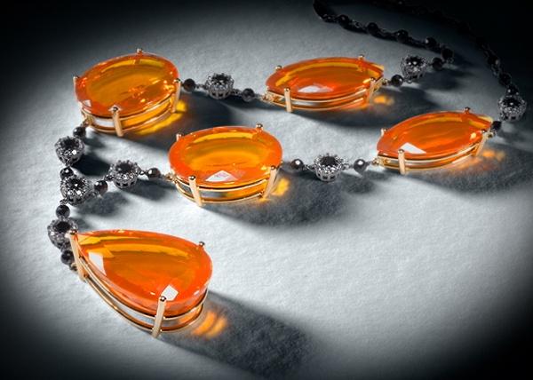 COLECCION LUCES Y ACCION: Pieza única que combina la luz de los ópalos y la sobriedad de los brillantes negros. #joyeriabarcelona #joyeriaroca #joyas #piedraspreciosas #collares #anillos #pulseras