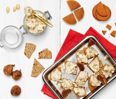 En farligt god ostkräm smaksatt med glögg, torkade fikon och mandel. Julsmaker som passar perfekt som tilltugg på glöggminglet. Servera ostkrämen på pepparkakor eller tunt delikatessknäcke.
