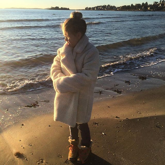 Morningbliss in her mums wonderful teddycoat @arvdesign #arvdesign 4499,-