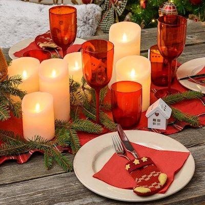 Coperto e centrotavola natalizi in stile tradizionale con candele led a fiamma mobile