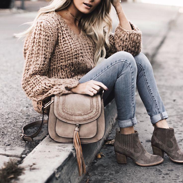 Schlicht und schön: Jeans mit Strickpulli und Stiefeletten, die warmen Naturtöne passen zu allen Haarfarben.