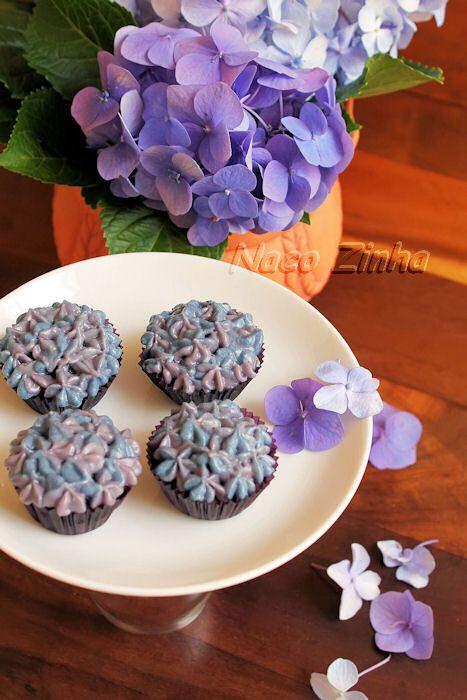 Cupcake de chocolate decorado como hortênsia