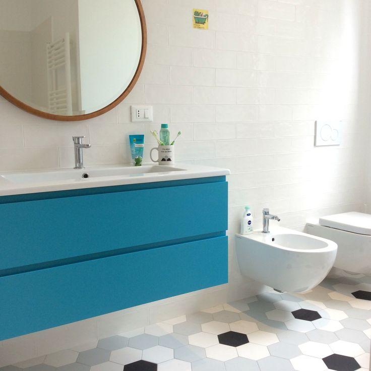 Il mio bagno! Cementine, specchio della nonna e lavabo turchese.