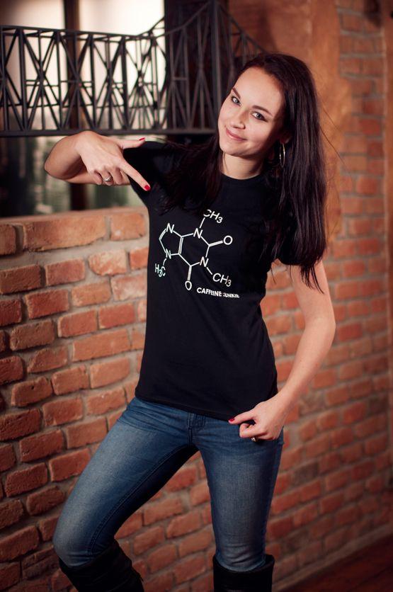 """T-shirt Caffeine Junkie De vrouwelijke versie van de klassieker is een nauwsluitend model met verkorte mouwtjes en heeft een opdruk van het molecuul model van caffeine en de tekst: """"Caffeine Junkie"""". Blikdicht met aangenaam hoge stofdichtheid en een eersteklas verwerking."""