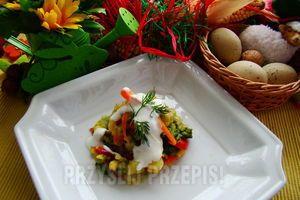 Dietetyczne warzywa z sosem czosnkowym -  Składniki: * 1 szt brokuł, * 2 szt ziemniaki, * 1/2 puszki kukurydza, * 1 szt marchewka, * 1/2 szt papryka czerwona, * 1 szt jogurt naturalny, * 2 ząbki czosnek, * Sól, * pieprz, * oliwa z oliwek