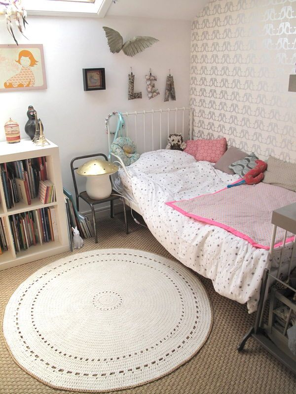 Sweet bedroom, with a crochet rug from http://ptepimprenelle.canalblog.com/ (lovely blog)
