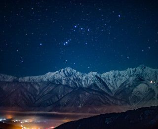Winter night sky of the Northern Alps | 白馬村 オリオンが鹿島槍に沈んでいきます… | Flickr
