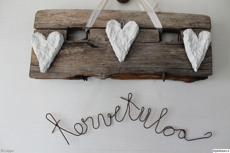 vanha lypsyjakkara,vanha jakkara,eteinen,peiliovi,sydän,paperimassasydän,rautalanka,ruostunut rautalanka,harmaa puu,harmaantunut puu,vanha tuoli,kirjaimet,maalaisromanttinen,romanttinen,ruoste,massasydän,kyltti,tervetuloa,tervetuloa kyltti,itsetehty,Tee itse / DIY,rouhea
