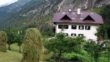 V okolju Trente, v bližini reke Soče stoji hiša, ki ima prečudovit razgled na okoliške gore in hribe. O apartmajih in dodatnih informacijah pobrskajte na www.viaSlovenia.com.