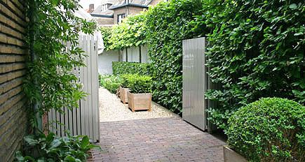 http://www.tuindesign-ten-horn.nl Tuinarchitect - tuinontwerp. Klassieke kleine stadstuin in Limburg bij jaren dertig huis.