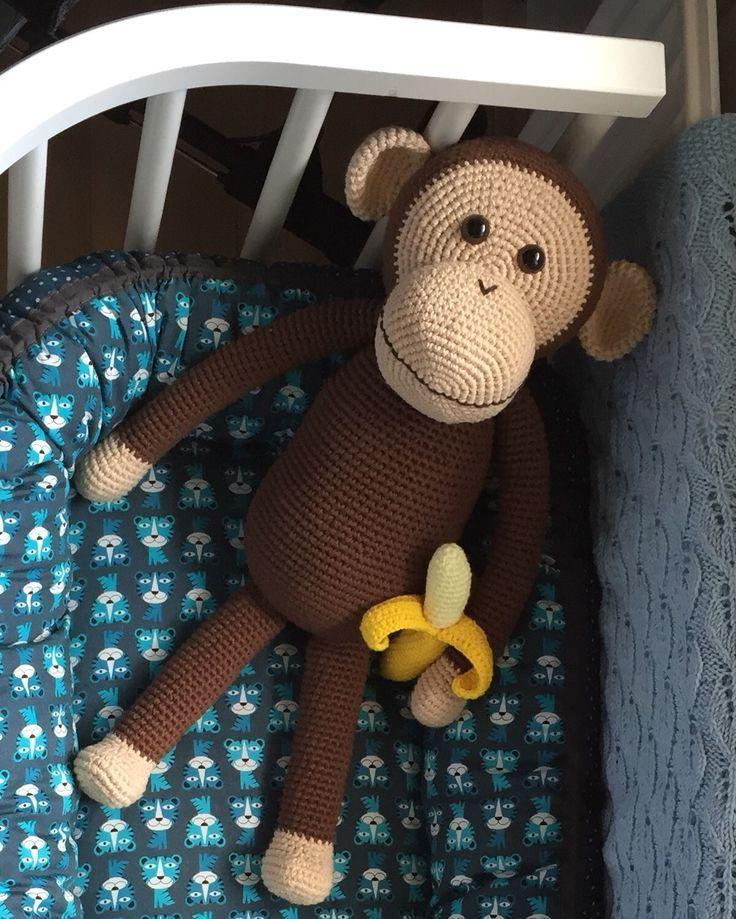 Endnu en hæklet abe m. banan (lidt større end den første - 50 cm høj)