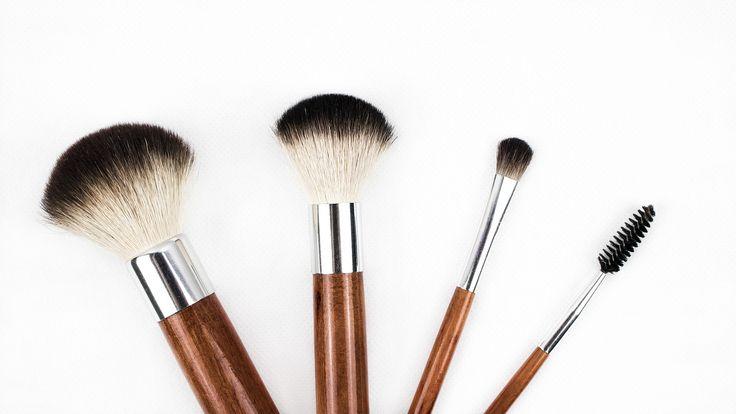Usa il dito, il pennello o la spugna per tamponare una piccola quantità di correttore nelle zone scure o scolorite della tua pelle. Spalmalo fino a che ogni linea visibile sia scomparsa. Per ottenere un look naturale, usa un pennello.