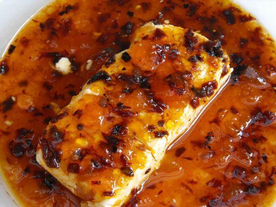 La mejor receta de queso crema con mermelada de chabacano y chile ancho, ideal para botanear.