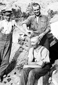 Sergeant Cyril Lawrence, No 2 Field Company, Royal Australian Engineers, having a haircut at Anzac