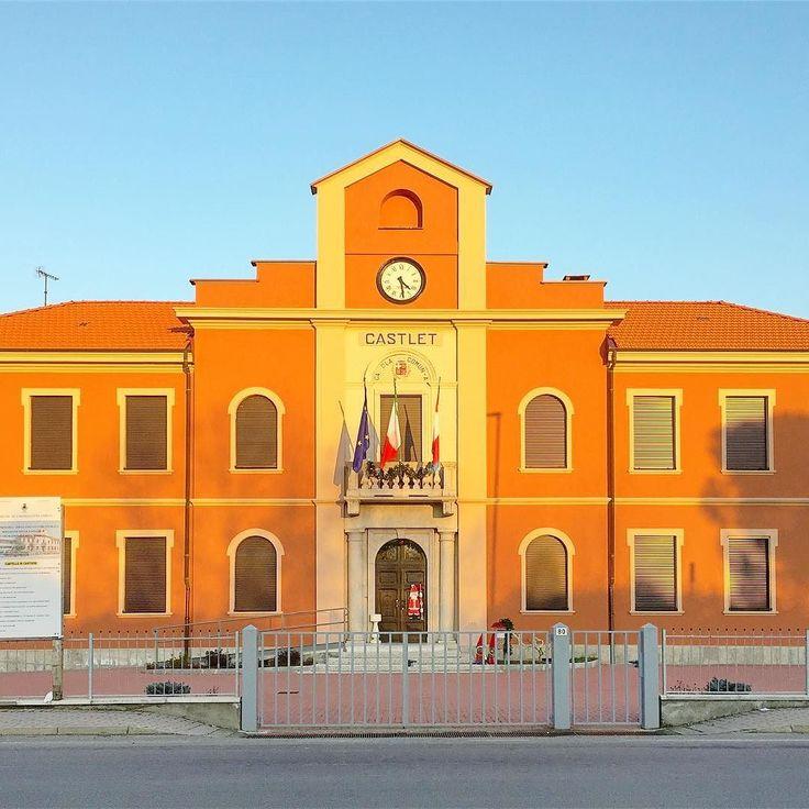 Quasi surreale come fosse disegnato nel cielo #CastellettoCervo e il suo municipio dove oggi hanno ancora sede le scuole materne e elementari. #ExploreBiella #innamoratidelbiellese #Piemonte