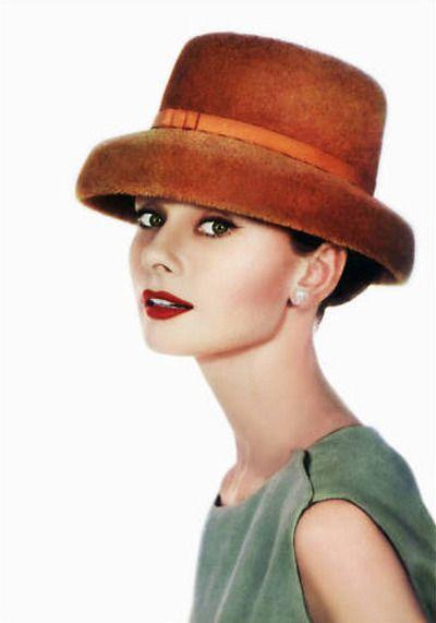 a linda audrey com o clássico delineador de gatinho e batom vermelhão que nem o nosso (http://on.fb.me/QMTtkn)! <3 a dica pra conseguir o traço perfeito de delineador é essa aqui ó: http://on.fb.me/QibKaB.