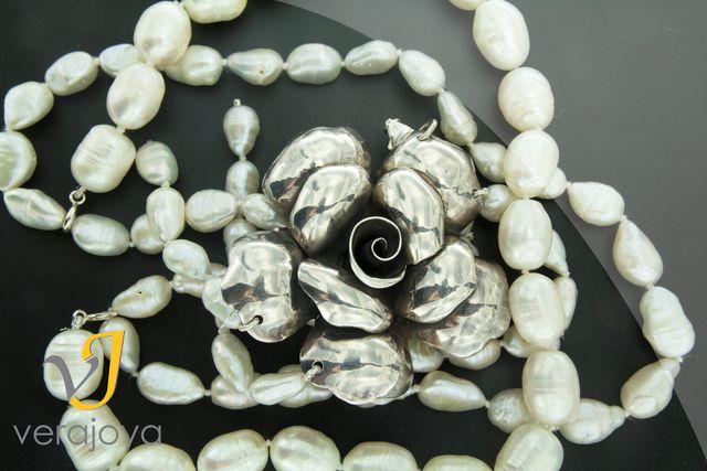 Perla barroca de agua dulce + broche de plata con forma de rosa  #joyeria #elegancia #glamour