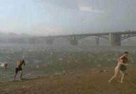 13-Jul-2014 16:06 - BADGASTEN OP DE VLUCHT VOOR APOCALYPTISCHE HAGELSTORM. Zonnebaders moesten in de Siberische stad Novosibirsk in allerijl dekking zoeken toen een hevige hagelstorm de kop opstak. Het zorgde voor...