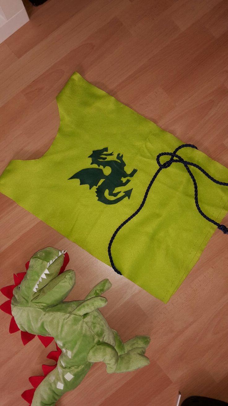 Ritter Kostüm aus Filz einfach selbstgemacht... so wurden alle Gäste beim kindergeburtstag 2015 ausgestattet ... die Hand Puppe von ikea war der Drache der auch eine Rolle gespielt hat .