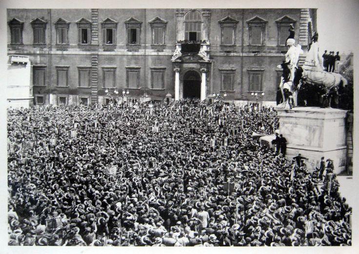 ROMA. In Piazza del Quirinale acclamano il Sovrano al balcone della Reggia.