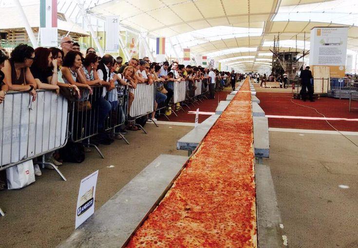 Qualcuno vuole un po' di pizza? Qua ne abbiamo una lunghissima: oltre 30mila tranci! #FestaDellaPizza