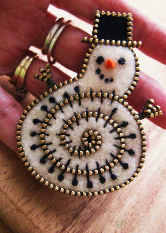 Felt and zipper snowman ornament - would make a cute pin too!!