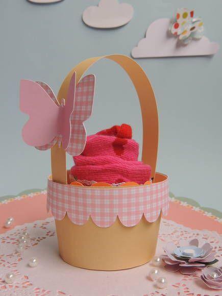 Mini cestinha de papel para colocar cupcakes. Feito com papel de scrapbook, está incluso a borda xadrez e a borboleta com 2 dimensões. Posso mudar a cor do papel xadrez. R$ 3,50