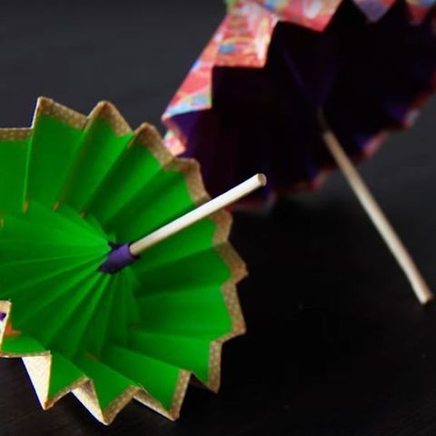 こんなにも美しい傘を折り紙で作れちゃう事に感動!日本人なら一度は作ってみたくなる!かも!?作ったら飾りたくなること間違いなし♪今回は2種類の傘の作り方をご紹介いたします♡