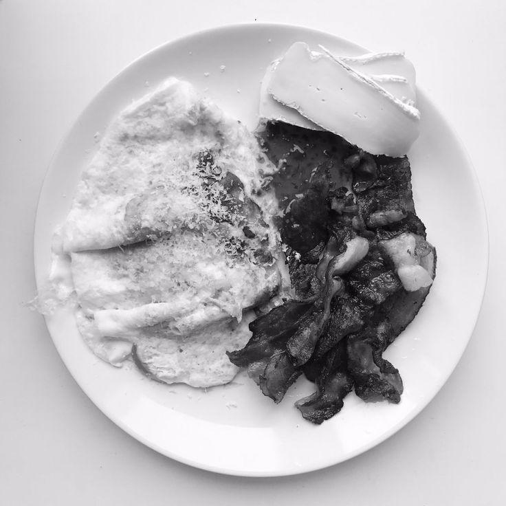 Завтрак: яичница с пармезаном, много бекона, бри, сладкий соус чили.