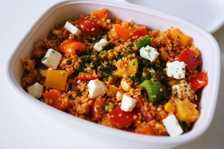 Heute kommt leckerer Couscous Salat auf den (Arbeits-)Tisch! Couscous ist Grieß auf Weizen und harmoniert hervorragend zu Kräutern wie Minze oder Petersilie, Gemüse oder Nüssen. Dieses leckere Rezept lässt sich einfach und schnell zubereiten und ist ein optimales Essen für Büro- oder Schultage. Der Salat lässt sich übrigens super easy in einer Tupperbox transportieren, ohne dass etwas ausläuft.  Wie alleGetreideproduktezählt auch Couscous zu gehaltvollen Sättigungsbeilagen mit einem hohen…