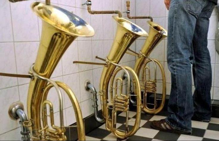 Dans ces drôles de toilettes, on ne pisse pas dans un violon, mais on urine dans des trombones et autres instruments à cuivre