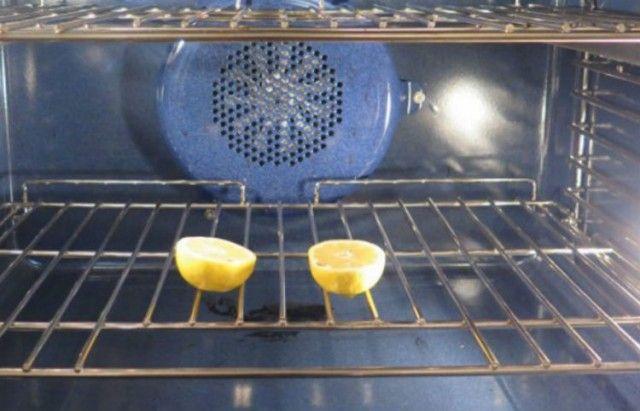 Deze vrouw sneed een citroen in twee stukken en legt deze in de oven. Handige tip voor elk huishouden!