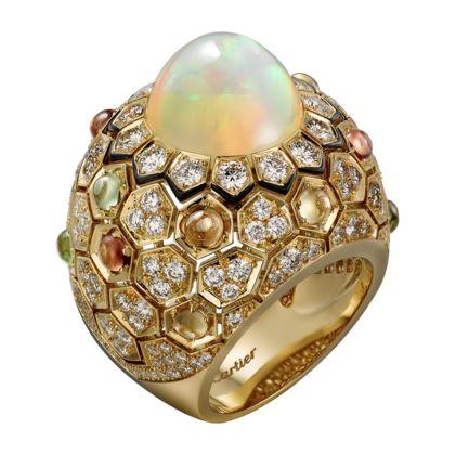 Anello di Alta Gioielleria Anello, oro giallo, un opale etiope rotondo cabochon (7,49 carati), zaffiri colorati cabochon, lacca nera, diamanti taglio brillante.