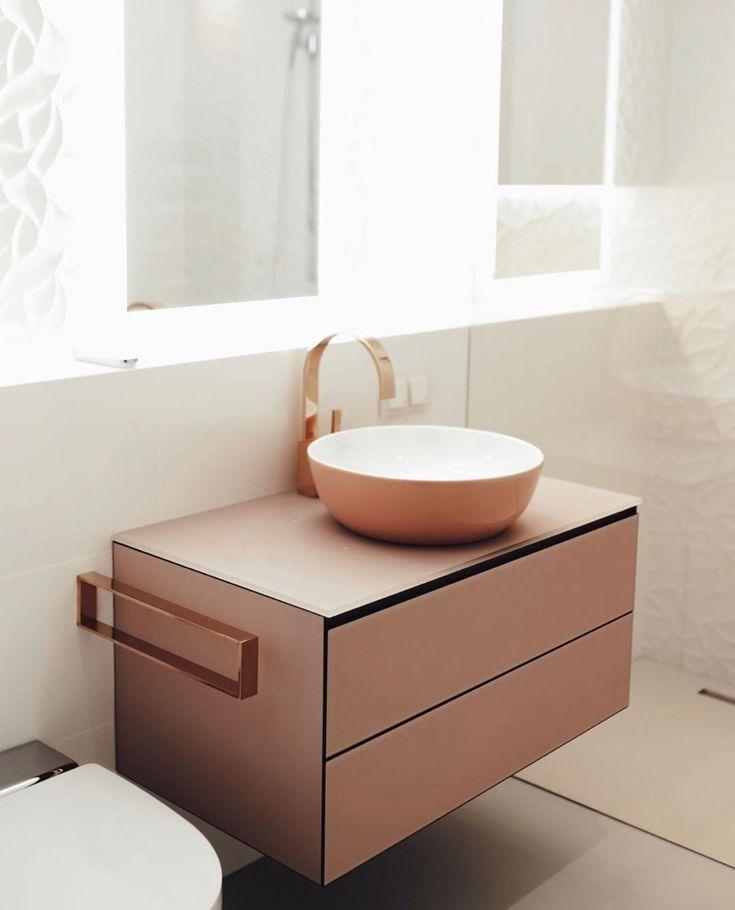 Mobiliario de cuarto de baño pequeño y lavamanos en rosa ...