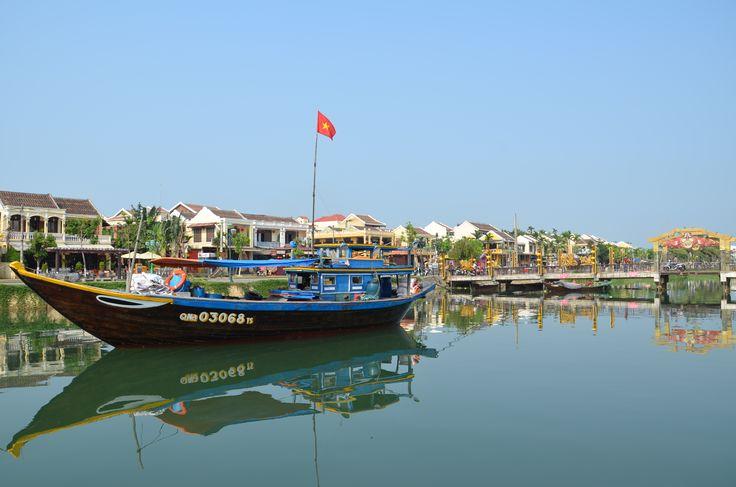 Hoi An. Sa situation en bord de fleuve lui vaut bien son titre de ville «la plus ravissante» du Vietnam. Contrairement aux autres grandes villes du pays, Hoi An est épargnée par l'agitation et offre un cadre de séjour calme et agréable : idéal pour une fin de séjour.