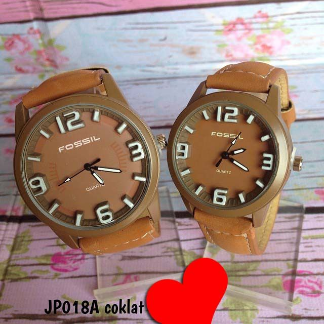 Jam tangan fossil couplez tidak bisa satuan. Warna asli agak tua'an dikit Kode : JP018A coklat ||. Harga : 140ribu (2 jam) || Diameter : 4.2cm dan 3.5cm || Tali : kulit + suede |\ Water resistant : tidak
