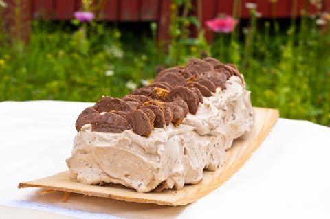 Kaurainen appelsiini-suklaakääretorttu. Rouhea suklaakääretorttu on koristeltu suklaisilla kaurakekseillä. Tämä herkullinen torttu käy mainiosti pienempiin juhliin täytekakun tilalle.