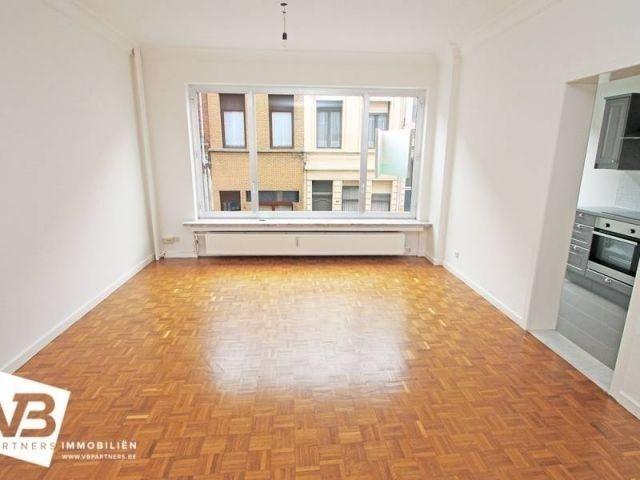Appartement te koop in Antwerpen - 1 slaapkamers - 56m² - 129 000 € - Logic-immo.be - Aangenaam 1 slaapkamerappartement met terras en ruime kelder nabij het Antwerpse eilandje en park spoor noord. (postcode 2060)  Het appartement is gelegen op de eerste verdieping in een goed onderhoud...