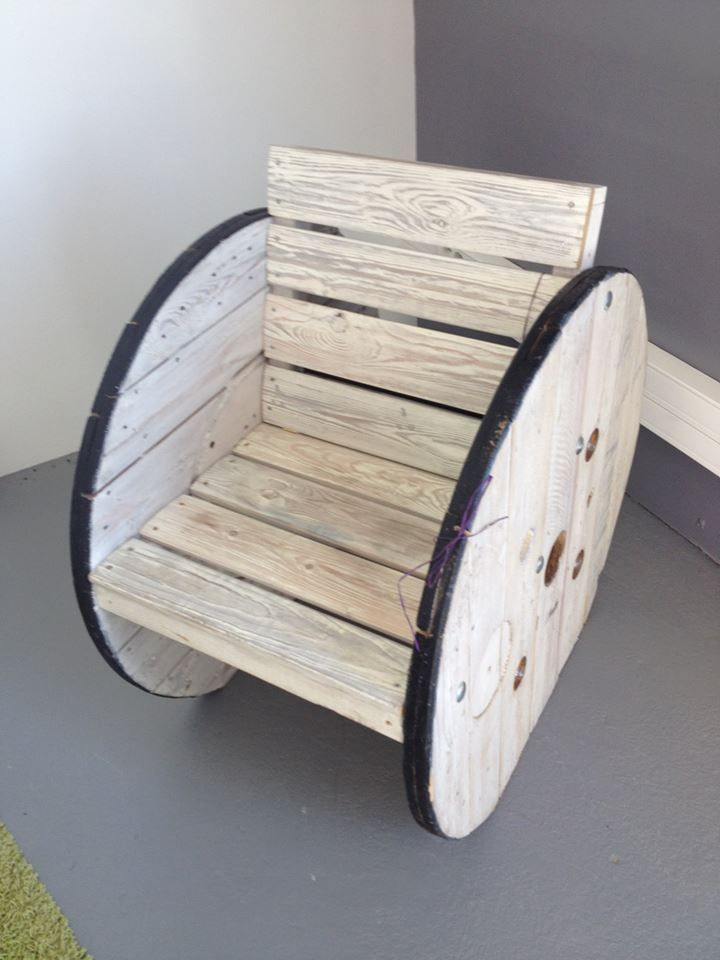 #Pallet + Spool Wheel Chair --- 125 Awesome #DIY Pallet Furniture Ideas | 101 Pallet Ideas - Part 10