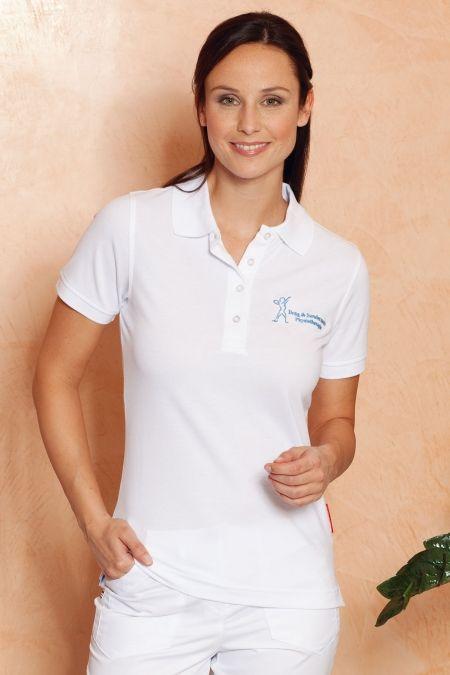 Funktionelles Piqué-Poloshirt  weiß aus weichem, durch Polyesteranteil besonders pflegeleichtem und strapazierfähigem Materialmix. Feminin-legerer Schnitt, verlängerte 4-Knopf-Leiste, Nackenband und doppelt geriegelten Seitenschlitze.