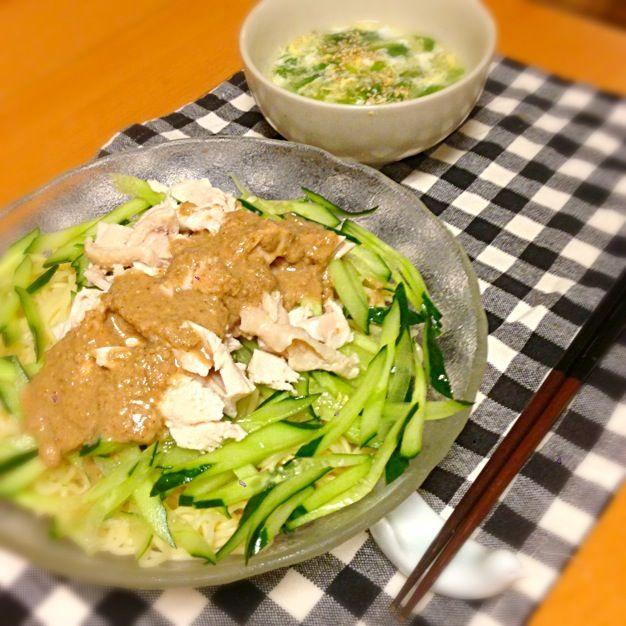 バンバンジー冷麺 (麺2玉)、卵と小松菜の中華スープ。緑と白と薄茶色のみ…。いただきます。 - 14件のもぐもぐ - 今日の晩御飯 by yujimrmt