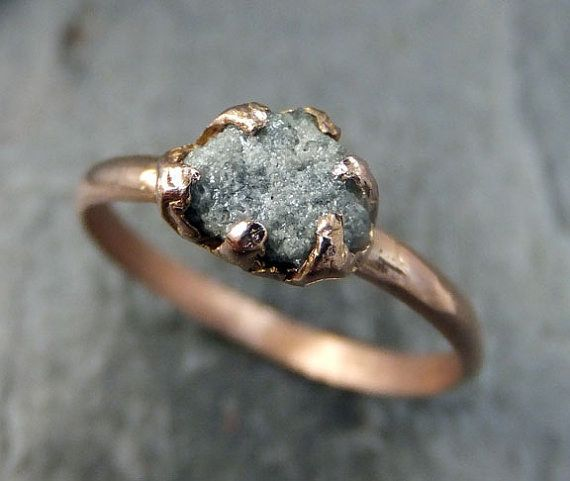Este reluciente diamante en bruto: | 43 Deslumbrantes anillos de compromiso de oro rosa que te dejarán sin aliento