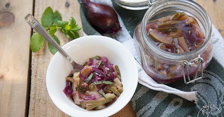 Le zucchine e cipolle rosse in carpione in vasocottura sono una variante delle zucchine in carpione realizzate utilizzando la tecnica della vasocottura al microonde