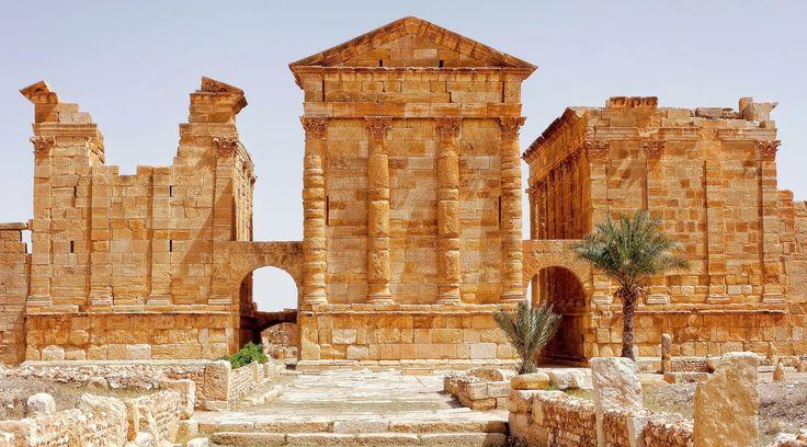 Façades arrières du Capitole constitué de trois temples dédiés à Jupiter, Junon et Minerve,  Sbeïtla, Tunisie