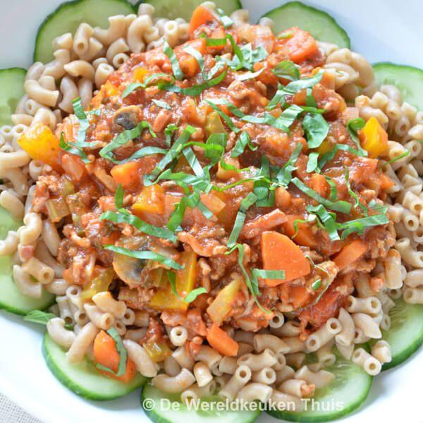 Goedgevulde groenten-gehaktsaus met verse ingrediënten voor bij de macaroni, spaghetti, rijst, couscous, bulgur of brood. In kleine porties in te vriezen.