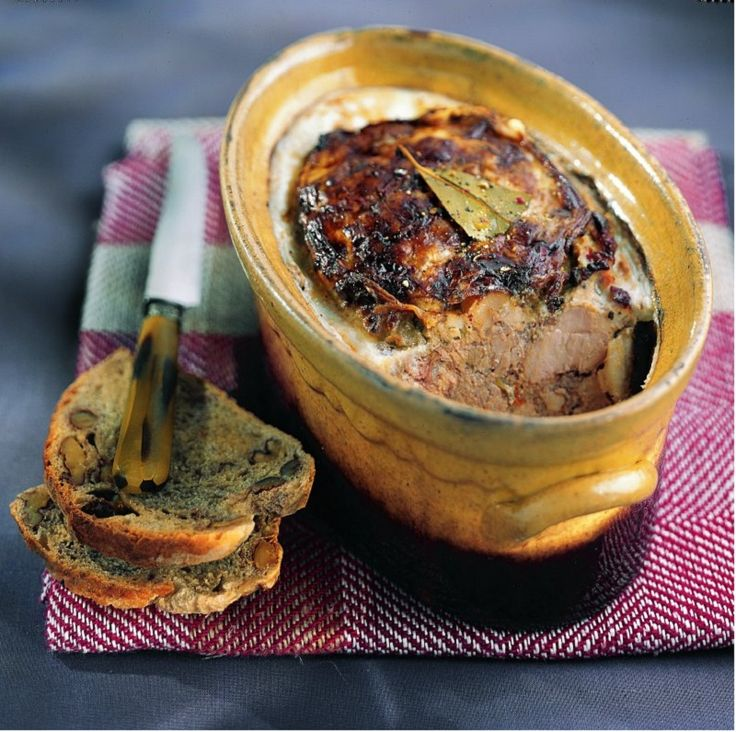 Pâté de campagne d'antan : 1 filet mignon de porc 350 g de foie de porc 500 g de gorge de porc découennée 1 crépine 1 barde de lard gras 300 g de gelée (chez le charcutier, ou un sachet de gelée en poudre) 10 cl de lait 2 œufs 2 cuil. à soupe d'armagnac 1 carotte 1 échalote 1 oignon 1 bouquet garni (thym, laurier, persil plat) 1/2 cuil. à café de sucre 2 pincées de quatre-épices 5 cuil. à café rases de sel (25 g) 1/2 cuil. à café de poivre moulu