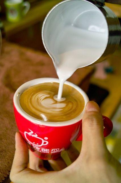 Barista bezig met het maken van koffiekunst. #koffie #kunst