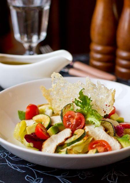 Еще один вкусный салат. На этот раз - на основе жареного куриного филе. Именно оно в дополнении с авокадо и жареным цуккини делает этот салат как раз таким, как я люблю - достаточно сытным для того, чтобы стать легким ужином, не перегружающим желудок и сон  Если вы хотите сделать салат более диетическим, замените жареную [...]
